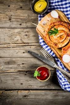 Oktoberfest menu żywności, bawarskie kiełbaski na drewniane tła