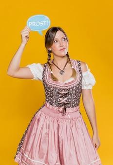 Oktoberfest młoda dama trzyma znak