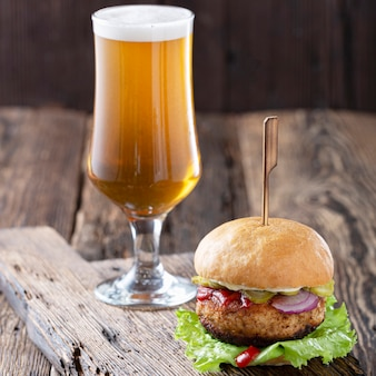 Oktoberfest piwo i hamburgery na drewnianym stole