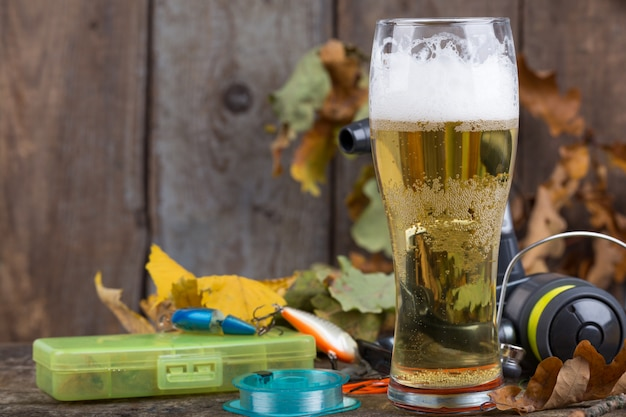 Oktoberfest z wędkarskim sprzętem i szklanką piwa