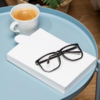 Okulary do czytania i kopia kosmiczna książka