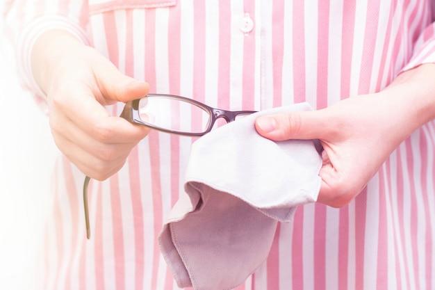 Okulary do korekcji wzroku są czyszczone