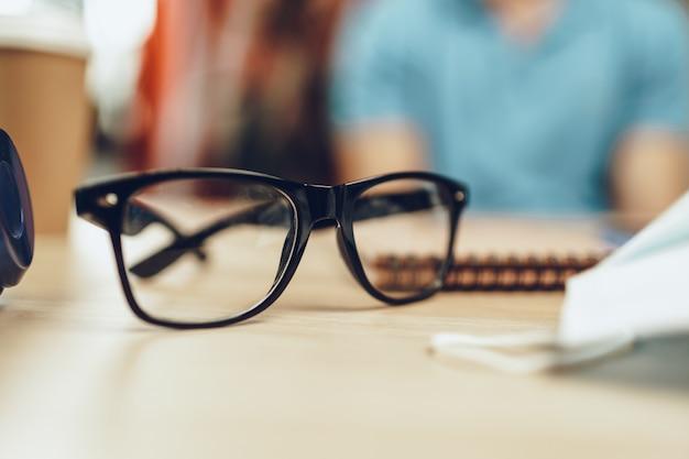 Okulary i maska medyczna na stole