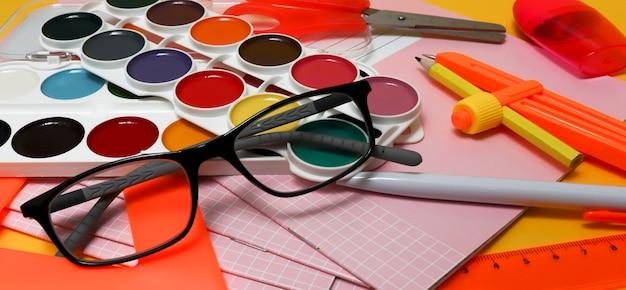 Okulary i przybory szkolne. pojęcie utraty wzroku u dzieci w okresie szkolnym, problemy z racjami u uczniów i studentów.