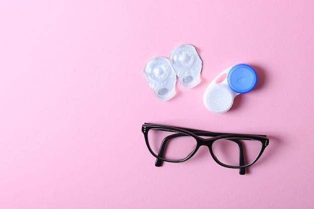 Okulary i soczewki do korekcji wzroku na kolorowym tle