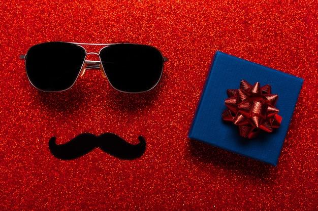Okulary i wąsy jako symbol dnia ojca z obecną kartką z życzeniami na wakacje