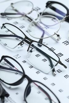 Okulary i wykres oczu na białym tle