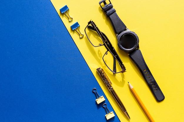 Okulary, inteligentny zegarek i materiały biurowe