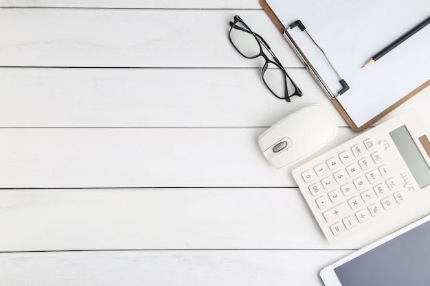 Okulary, kalkulator i tablet na bia? ym schludny biurko