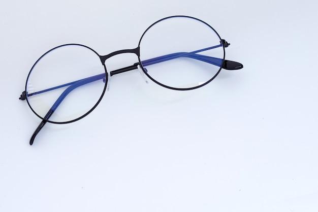 Okulary na białym tle. skopiuj miejsce