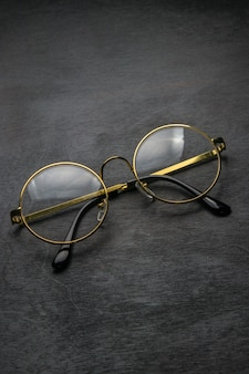 Okulary na drewnianym tle
