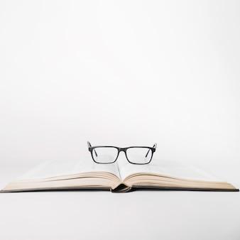 Okulary na książki w studio