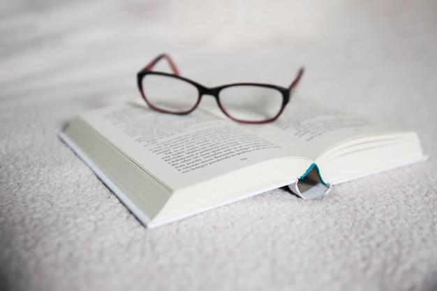 Okulary na otwartej księdze