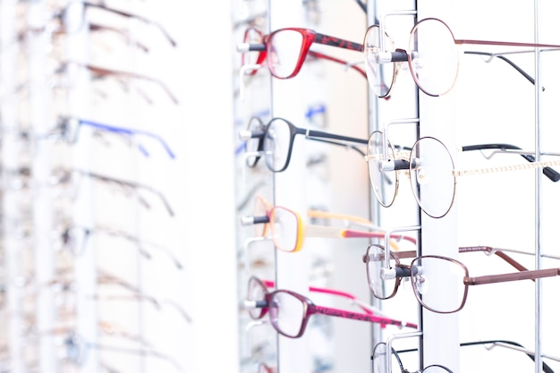 Okulary na stojaku w sklepie z optyką