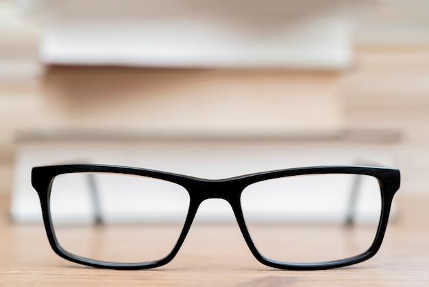 Okulary na tle książek. symbol wiedzy, nauki, nauki, mądrości.