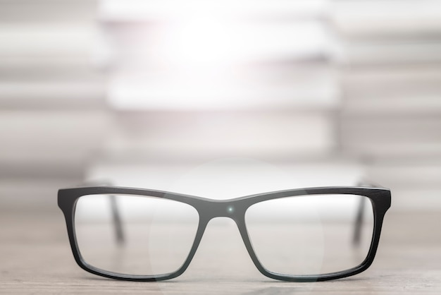 Okulary na tle książek