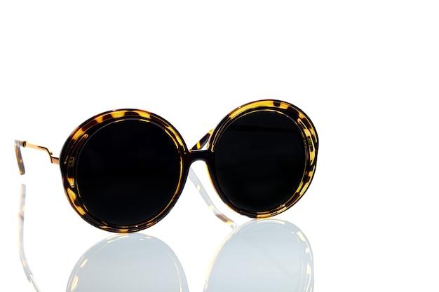 Okulary ochronne przed słońcem na białym
