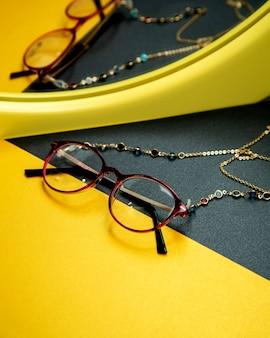 Okulary optyczne na stole