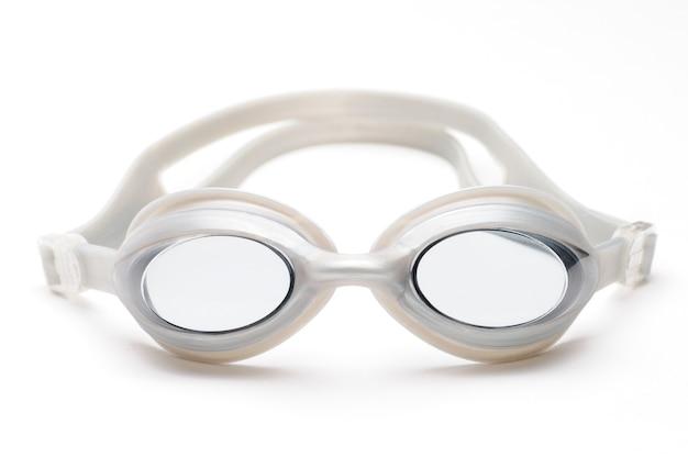 Okulary pływackie na na białym tle