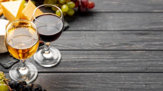 Okulary pod wysokim kątem z winem z miejscem na kopię