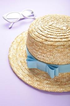 Okulary przeciwsłoneczne i fioletowa powierzchnia retro haton w paski