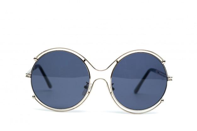 Okulary przeciwsłoneczne koło na białym tle.