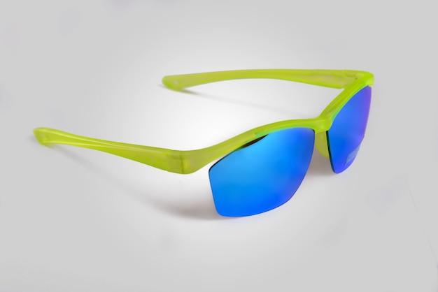 Okulary przeciwsłoneczne na białym tle w studio strzał