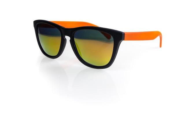 Okulary przeciwsłoneczne na białym tle.