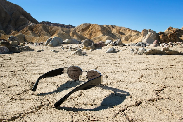 Okulary przeciwsłoneczne na pustyni, death valley national park w kalifornii