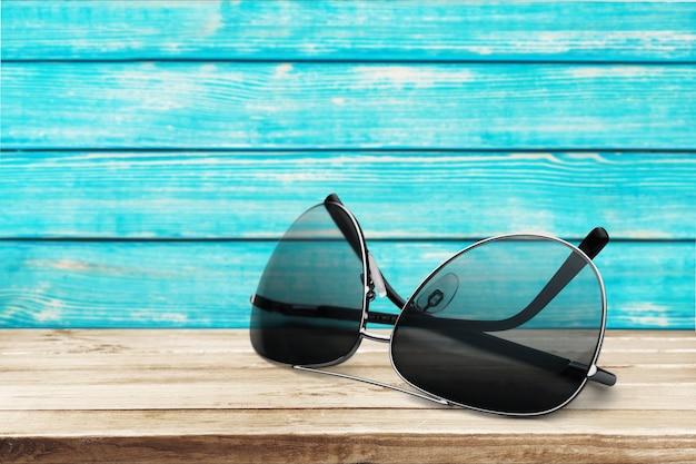 Okulary przeciwsłoneczne na tropikalnej plaży w tle