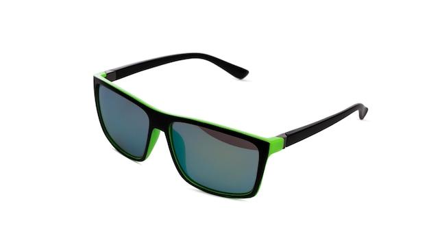 Okulary przeciwsłoneczne w czarnej ramce na białym tle