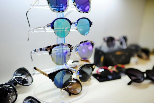 Okulary przeciwsłoneczne w optykach sklepowych