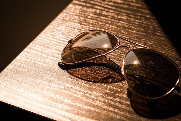 Okulary przeciwsłoneczne w stylu vintage z bliska