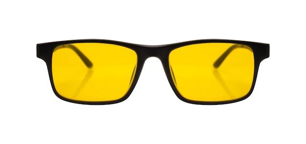 Okulary przeciwsłoneczne z czarną plastikową ramką i żółtym szkłem na białym tle ze ścieżką przycinającą