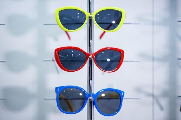 Okulary przeciwsłoneczne z kolorową oprawką dla dzieci