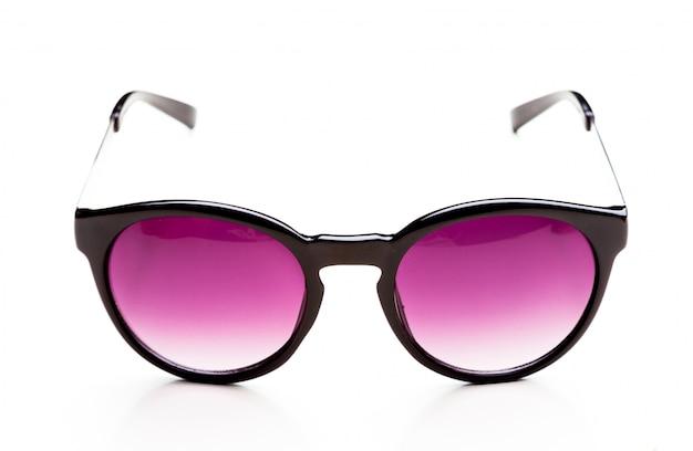 Okulary przeciwsłoneczni odizolowywający na białym tle