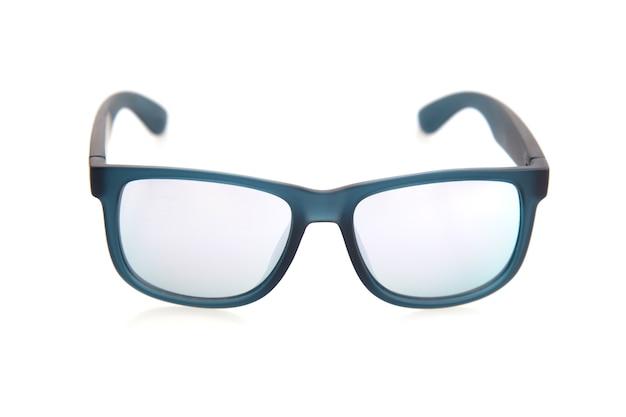 Okulary przeciwsłoneczni z multicolor lustrzanym obiektywem odizolowywającym na białym tle