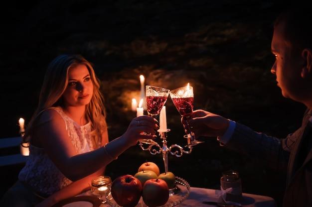 Okulary przy świecach podczas kolacji na świeżym powietrzu