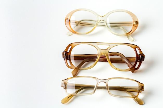 Okulary samodzielnie na białym tle
