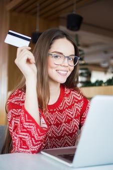 Okulary siedzi pozytywny laptopa kredytowej