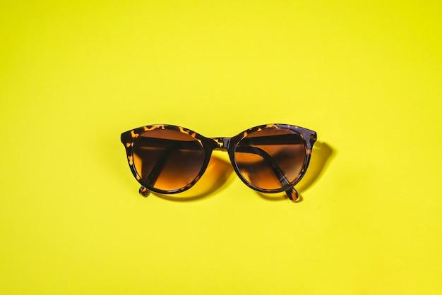 Okulary słoneczne. koncepcja letniego chwastów, wakacji i wakacji na plaży