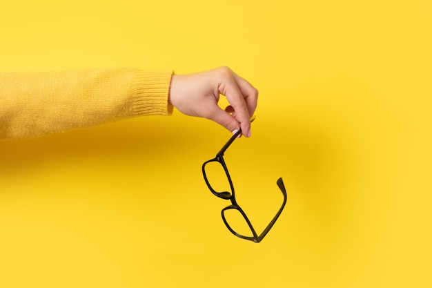 Okulary w dłoni na żółto