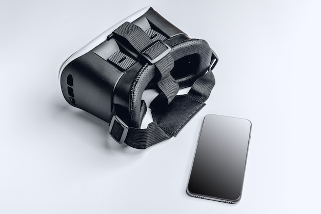 Okulary wirtualnej rzeczywistości i smartfon