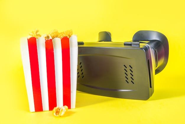 Okulary wirtualnej rzeczywistości z wiaderkiem popcornu