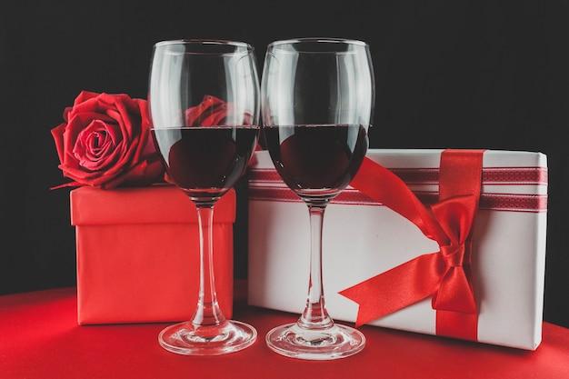 Okulary z czerwonego wina i dwa prezenty
