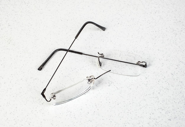 Okulary z lekką ramą złamaną