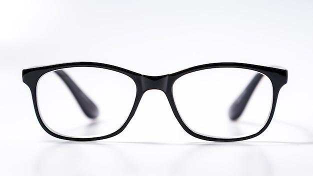 Okulary z podbitymi oczami z błyszczącą czarną ramką do czytania codziennego życia osobie z upośledzeniem wzroku