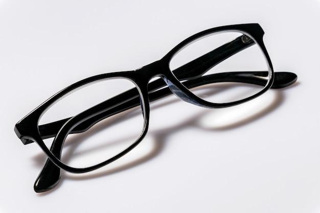 Okulary z podbitymi oczami z błyszczącą czarną ramką