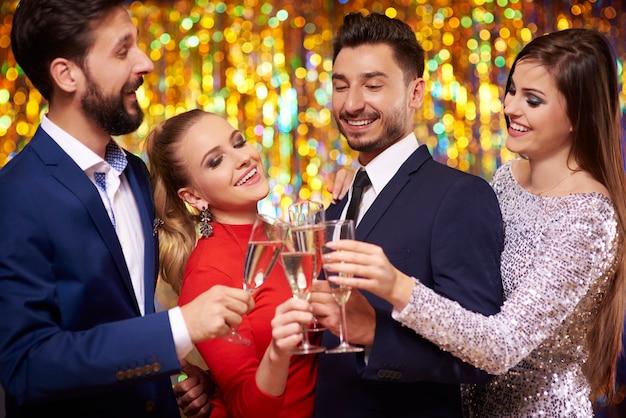 Okulary z szampanem i wesołymi ludźmi