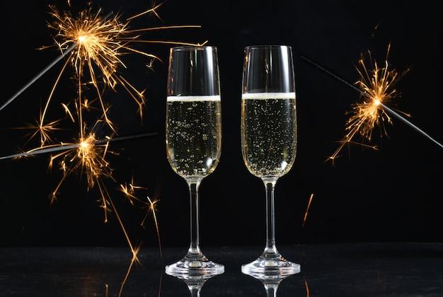 Okulary z szampanem na czarnym tle